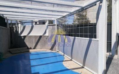 Instalación de cortavientos y estructura en piscina – Barrio del pilar